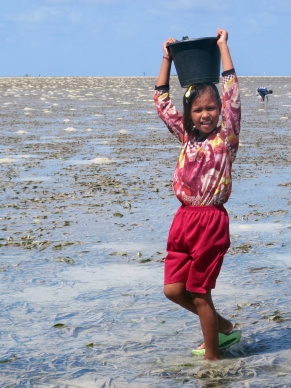 Sama Dilaut Girl Collecting Shellfish, Sampela, Indonesia